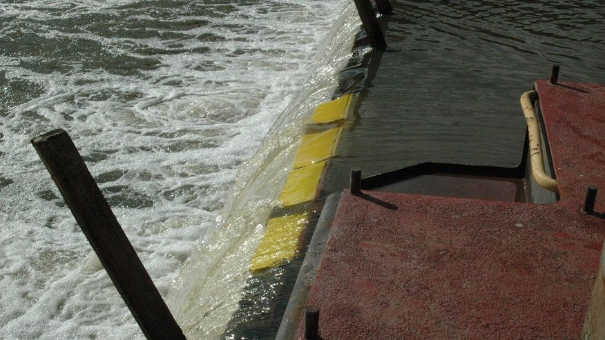 Wicketgates (yellow) in the Illinois River.