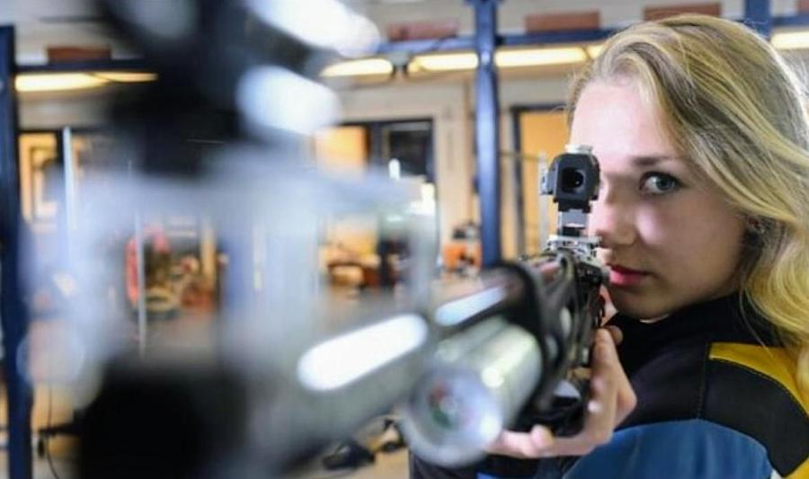 Verena Zaisberger with rifle.