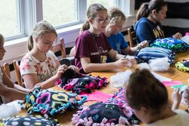 4-H'ers participate in arts and crafts