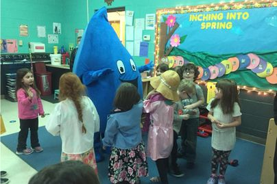 Quench, the Rethink Your Drink mascot, makes an appearance at an elementary school.
