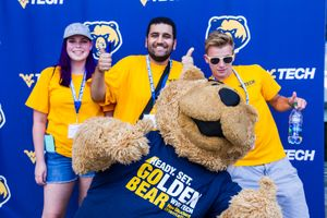 Orientation leaders pose with Monty during NSO 2017.