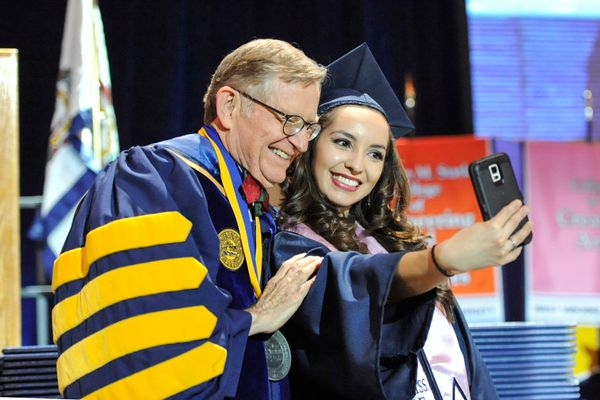 Gee takes selfie with student during Dec. 2016 Commencement