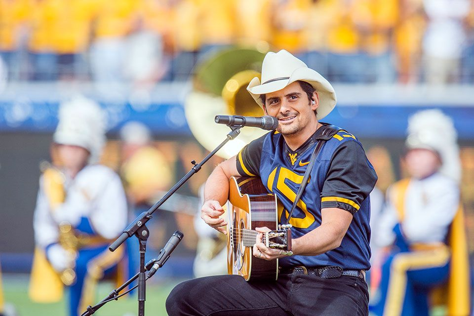 Brad Paisley playing guitar