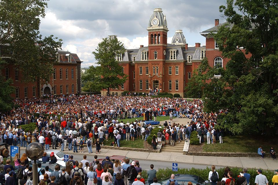 Crowd on Woodburn Circle