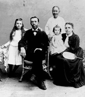 The Sydenstricker family in about 1901: Pearl, Absalom, Grace, and Carie. Behind them stands Wang, the children's governess