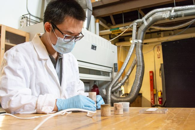 Wenyuan Li assembles a solid electrolysis cell